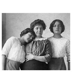 Carme Karr amb les seves filles