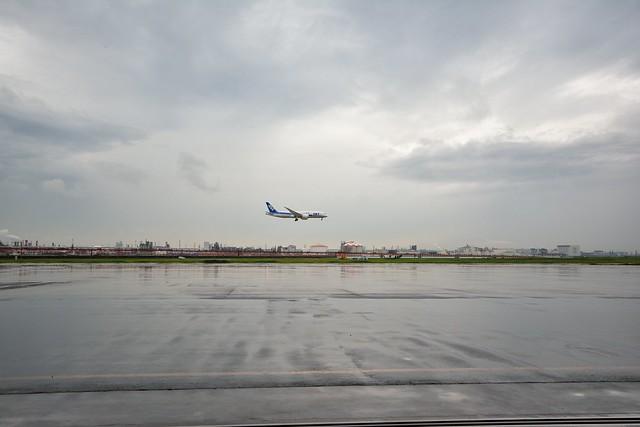 整備工場から見る着陸寸前の飛行機