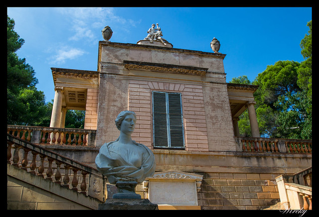 Escultura en pabellón neoclásico