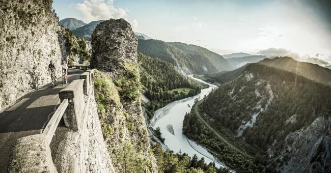 Grand Canyon Švýcarska - bílé vápencové stěny rozeklané tyrkysovými vodami Rýna