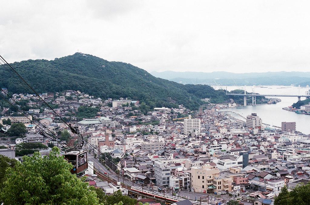 纜車 千光寺 尾道 おのみち Onomichi, Hiroshima 2015/08/30 在千光寺前面向南邊拍一張。有的時候我都會想日本相對台灣這麼大,以前的人怎麼生活,自己的國家可能很多地方都是未打開的迷霧。不過自己好像也沒多了解台灣 ...  Nikon FM2 / 50mm AGFA VISTAPlus ISO400 Photo by Toomore