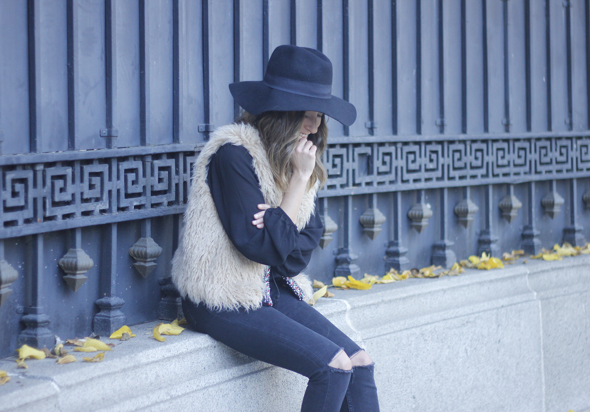 Faux Fur Vest Black Ripped Jeans Outfit08