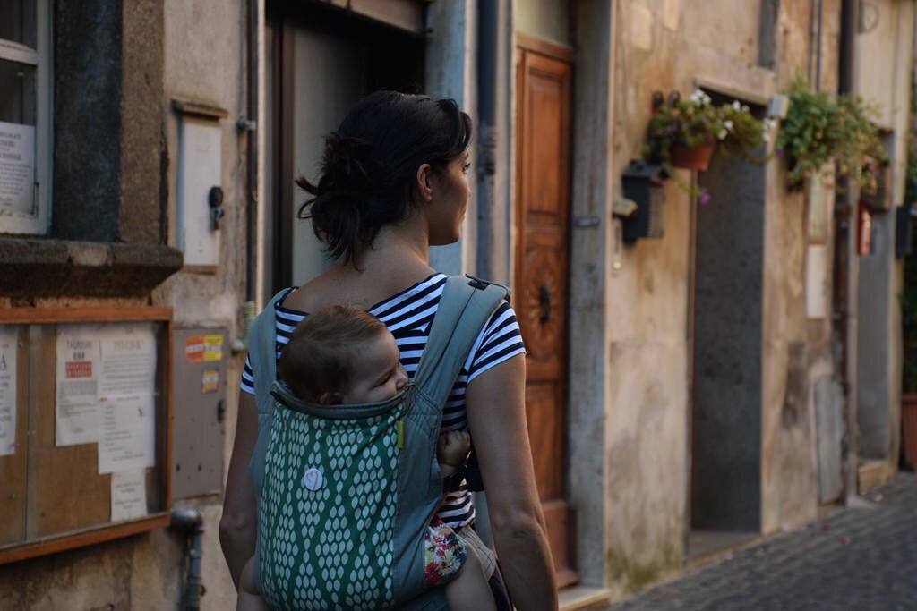 Porteando a la espalda en Nepi (Italia), embarazada de dos meses y medio.
