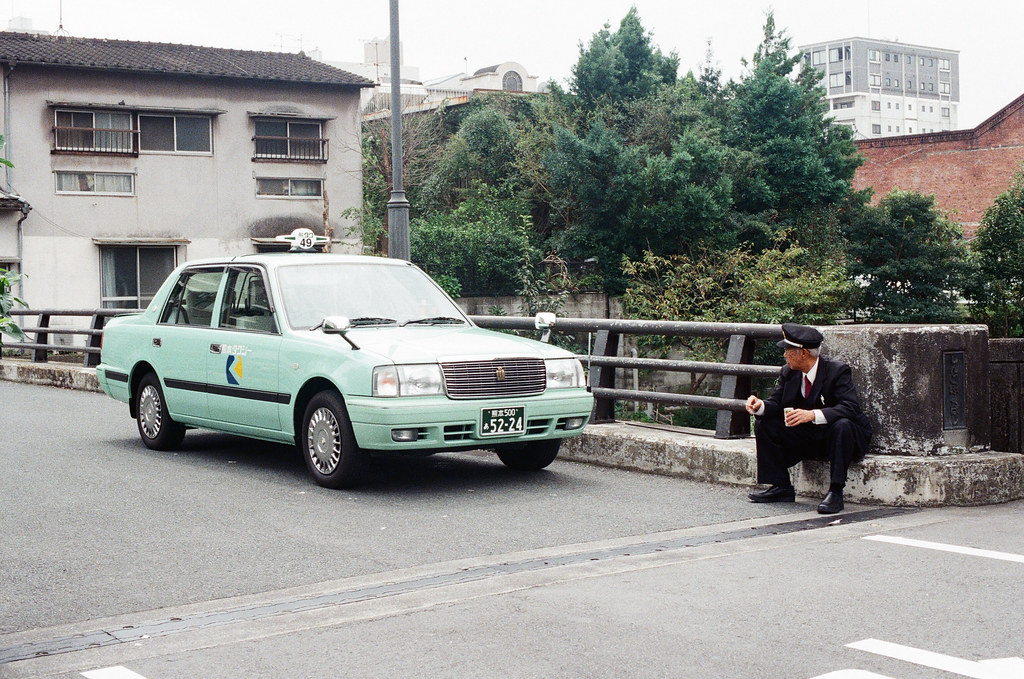 熊本 Kumamoto 2015/09/05 計程車司機在橋上休息。但後來幾天我經過發現他們常常停在這裡,可能是附近店家呼叫的車吧!  Nikon FM2 / 50mm Kodak UltraMax ISO400 Photo by Toomore