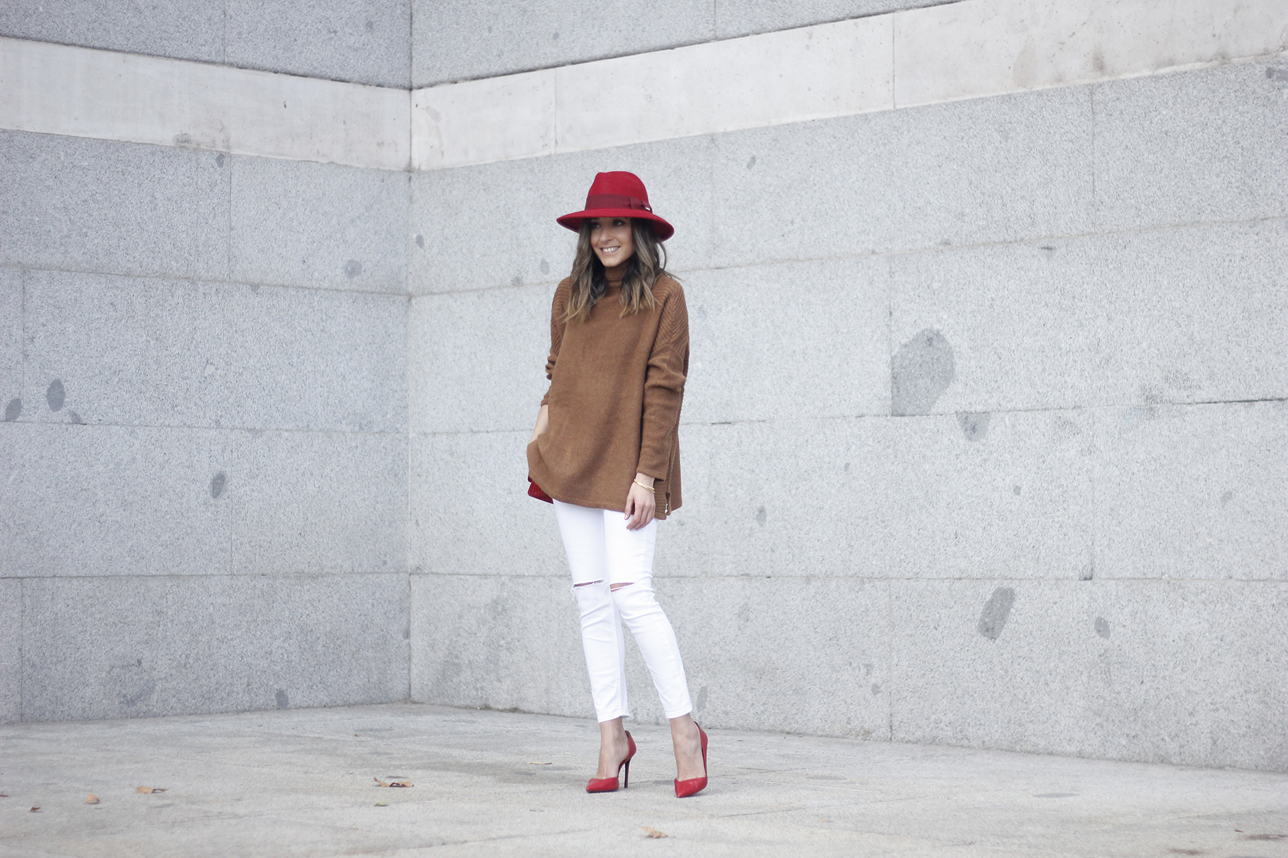 Turtleneck Sweater white jeans red heels red hat uterqüe outfit04