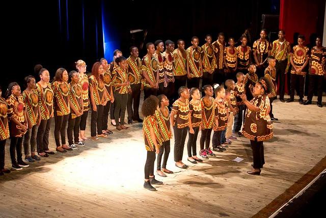 Xiquitsi-kuoron nuorten kanssa oli upeaa harjoitella, jutella ja esiintyä konsertissa lokakuussa 2015 Maputossa.