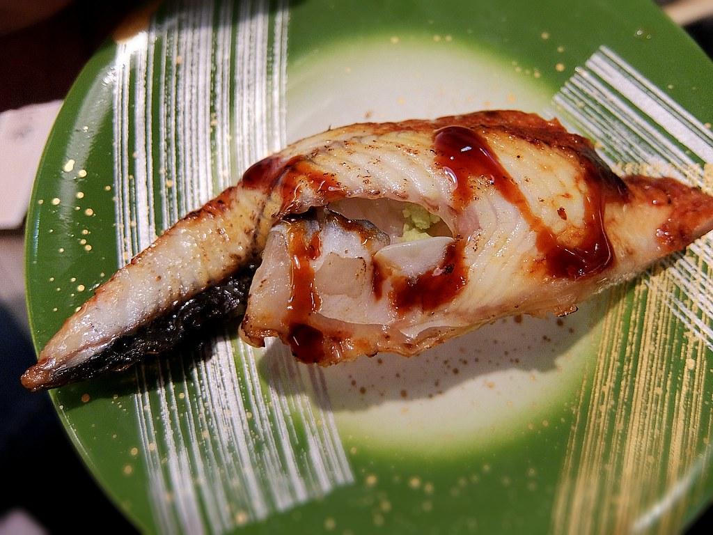 鰻魚握壽司,鰻魚溫熱,帶著點鹹味