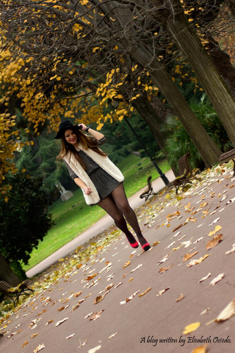 vestido el corte ingles heelsandroses chaleco pelo blanco sombrero negro stradivarius tacones rojos (8)