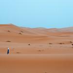 Bereber y dromedario en el desierto