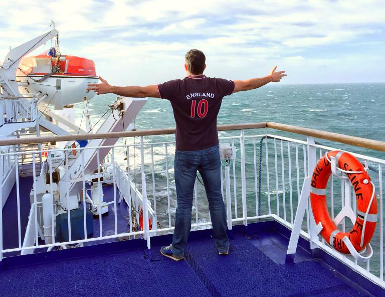 Viajar con mascotas a Reino Unido: Pau paseando por el barco viajar con mascotas a reino unido - 23291428459 06a104f611 b - Viajar con mascotas a Reino Unido desde España