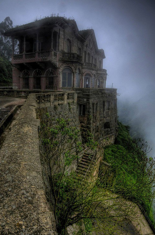 <strong>Khách sạn ma Salto, </strong> Colombia được mở từ năm 1928 để đón khách du lịch thăm quan thác nước gần đó. Đầu những năm 90, nơi này bị đóng cửa vì ế ẩm và trở nên hoang vu đầy ám ảnh.</strong></strong>