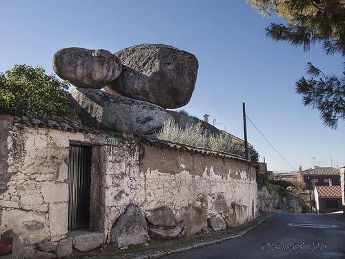 Casas bajo las rocas