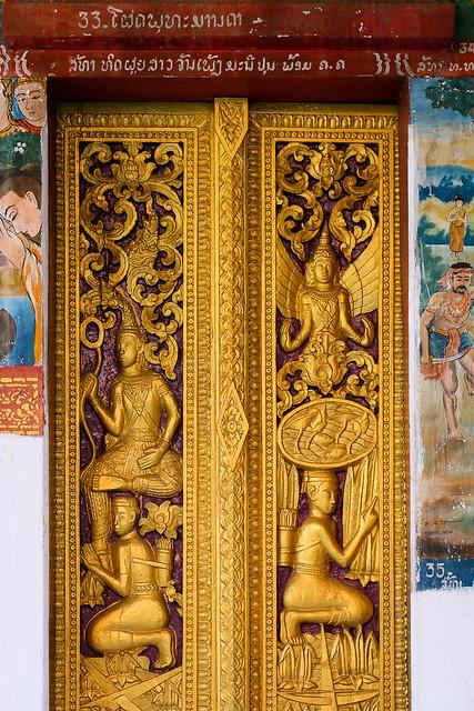 Decorated doors of a buddhist temple, Luang Prabang, laos ルアンパバーン、浮き彫り装飾が施された仏教寺院のドア