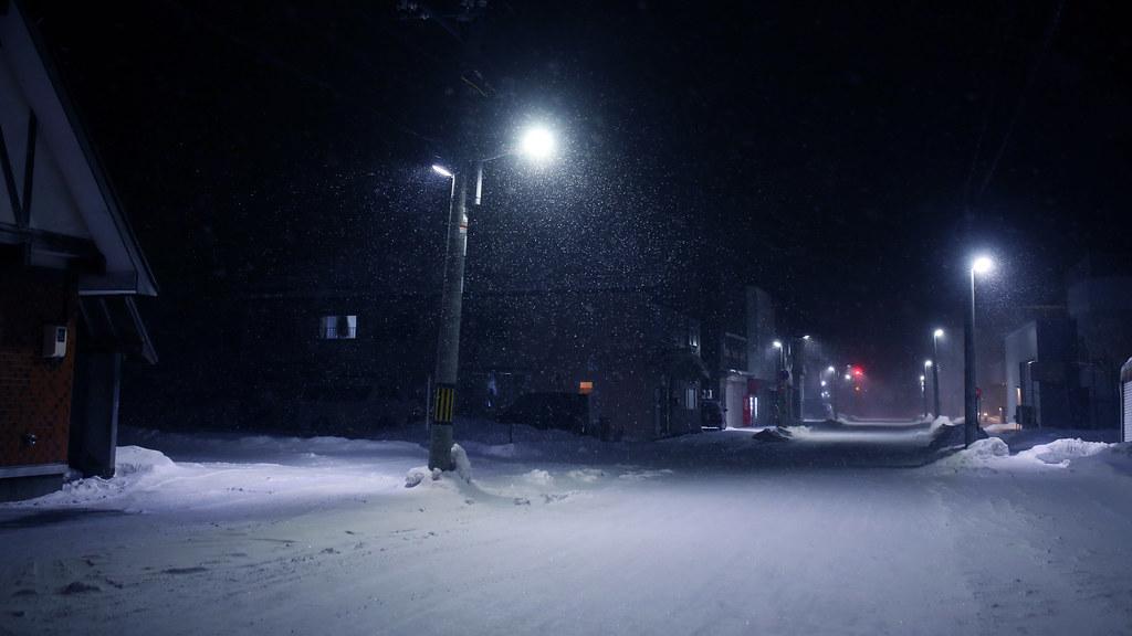 稚內 Wakkanai, Japan / Sigma 35mm / Canon 6D 走出來稚內車站後,前往住宿的地方,但一路上的店家都關門了,有一點點傻眼,因為那時候才晚上六點半,而且怎麼沒有便利商店,天啊,路上連車都沒有。  走在路上也沒看到腳印之類的,然後一直飄大雪!  路過一間食堂,後來把行李放置好,跑去那間食堂吃晚餐,好吃!  Canon 6D Sigma 35mm F1.4 DG HSM Art IMG_6507_16x9 2017/01/22 Photo by Toomore