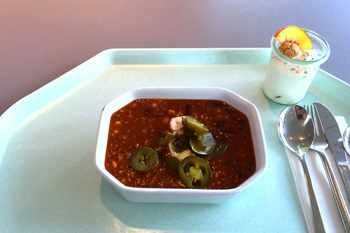 Chili con Carne with sour cream & jalapenos / Chili con Carne mit Sauerrahm & Jalapenos