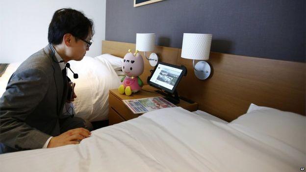 Khi vào trong phòng, một robot xinh xắn cỡ nhỏ như búp bê có tên là Tuly ở chiếc bàn kế bên giường sẽ thông báo tình hình thời tiết, nhiệt độ phòng, thời gian hay bật đèn cho khách. Máy điều hòa trong phòng sẽ tự động điều chỉnh nhiệt độ phù hợp thân nhiệt của khách.