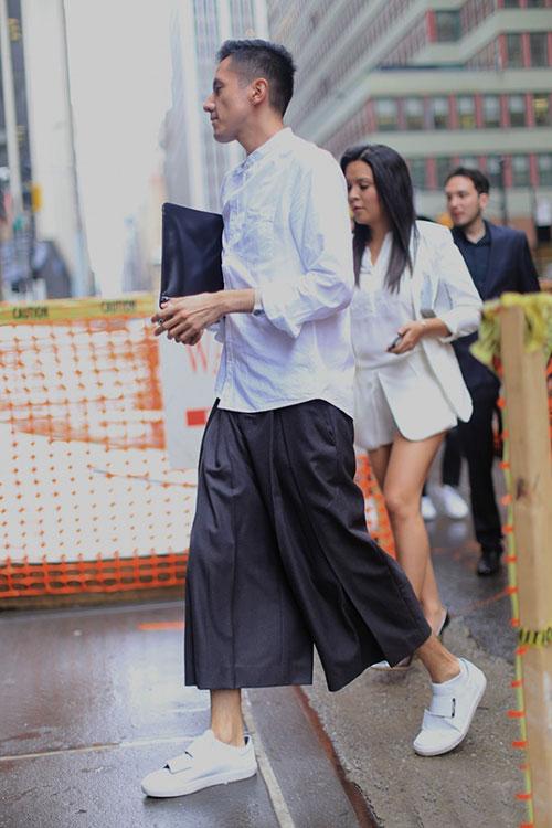 白バンドカラーシャツ×黒七分ワイドパンツ×白スニーカー