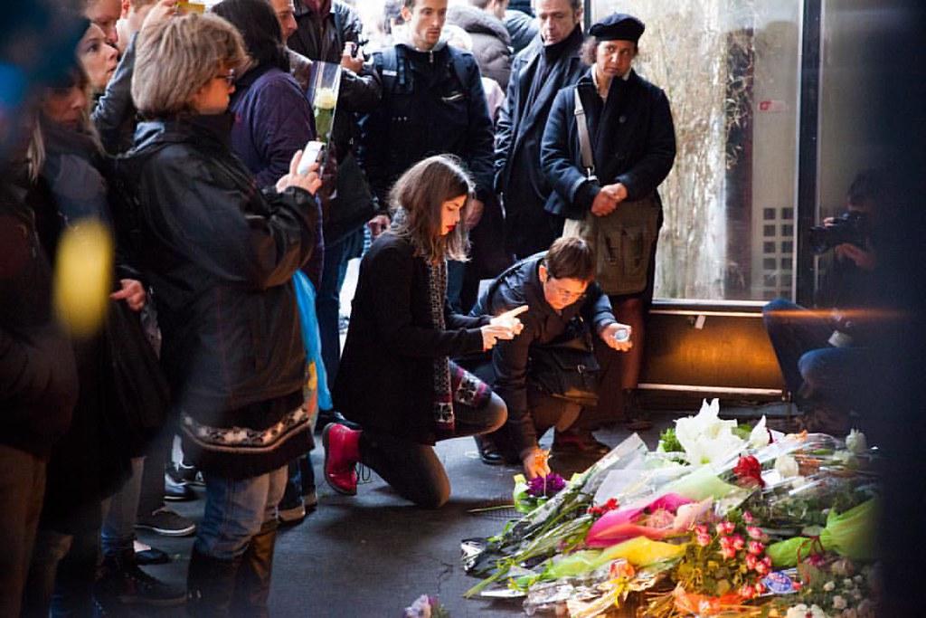 Attentats de Paris : des rassemblements en hommage aux victimes partout à Paris #paris #attentats #13novembre2015  #jesuisparis #peace #victimes #hommageauxvictimes #labelleequipe #charonne