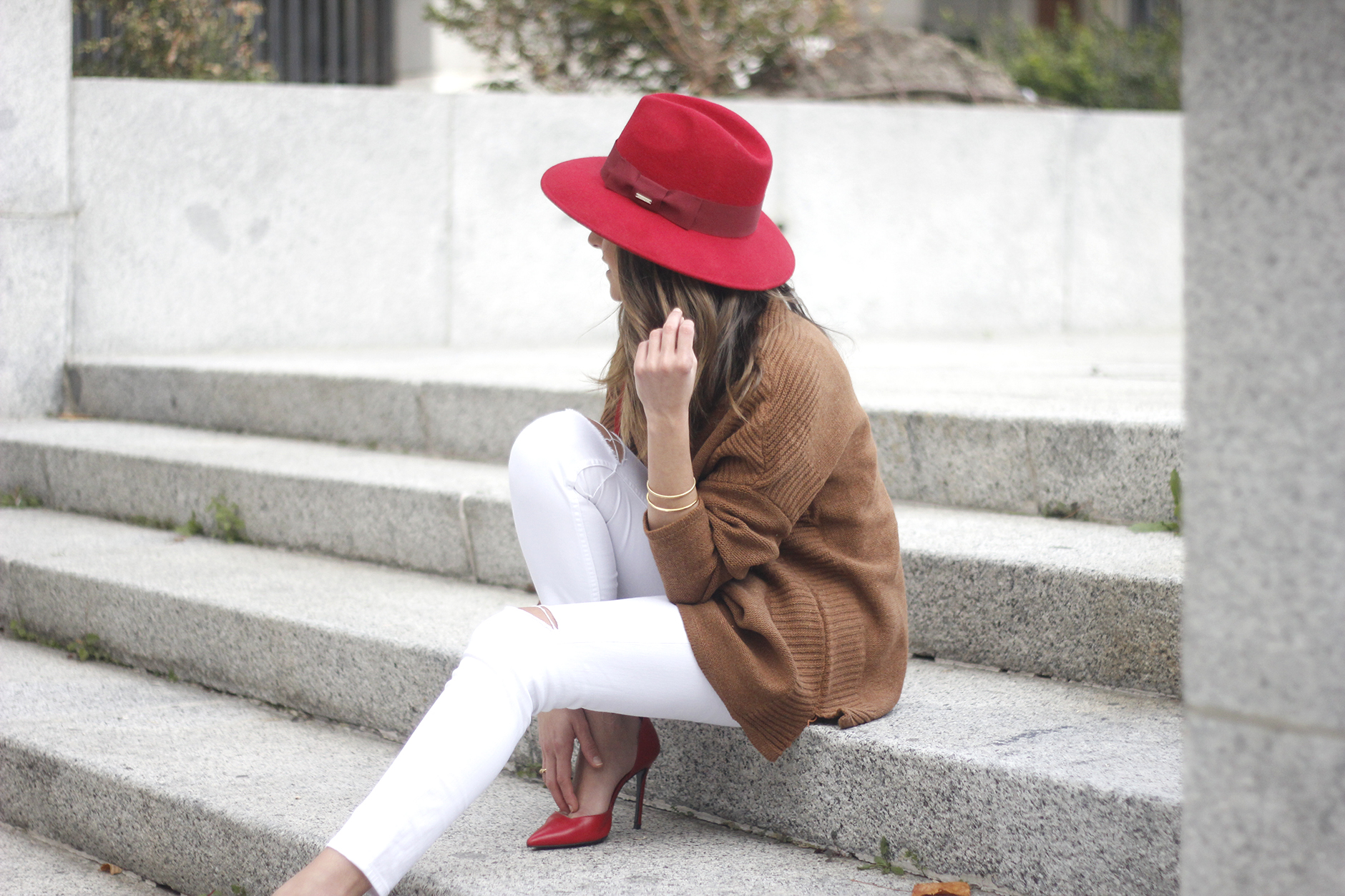Turtleneck Sweater white jeans red heels red hat uterqüe outfit12