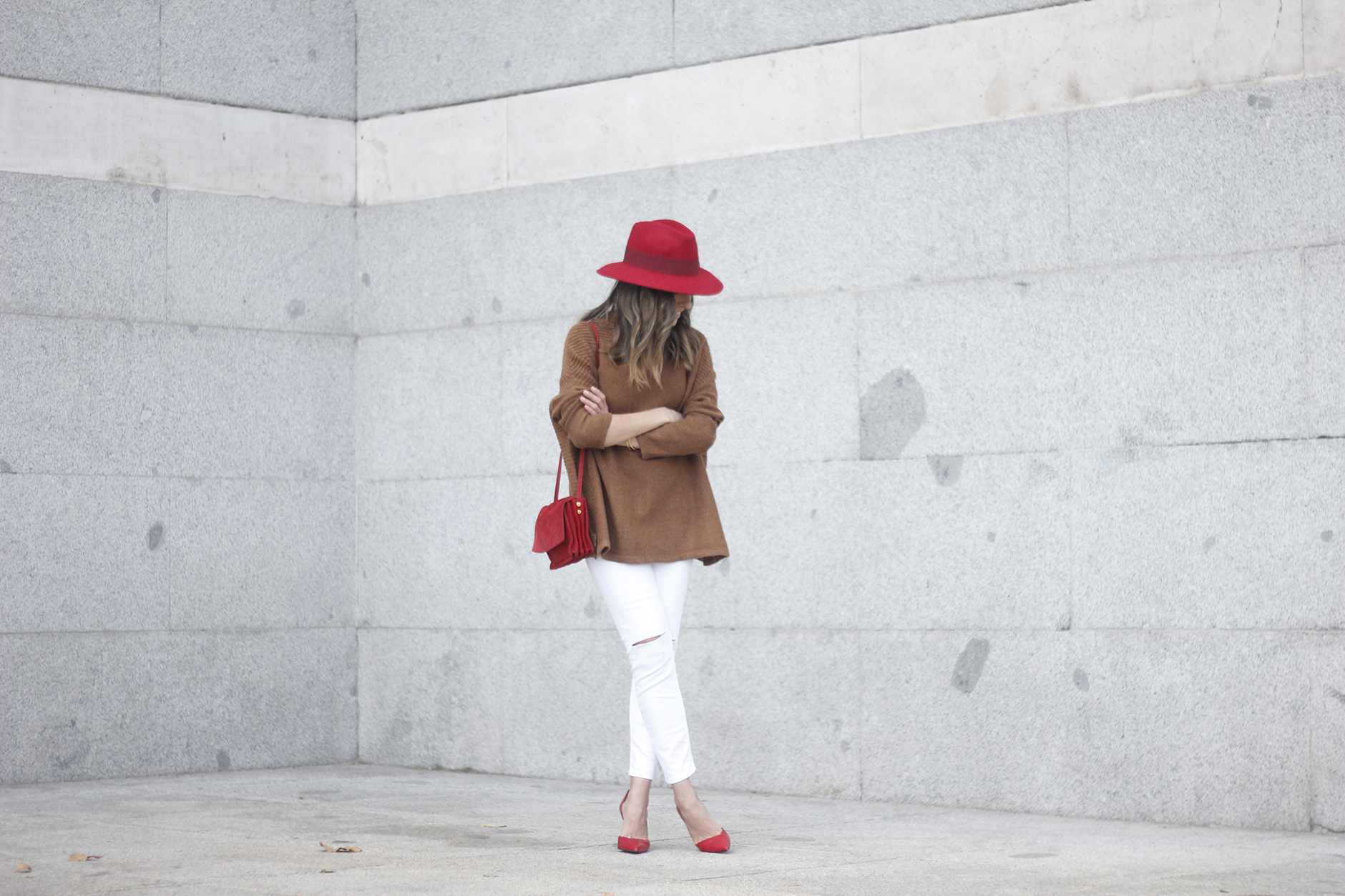 Turtleneck Sweater white jeans red heels red hat uterqüe outfit02