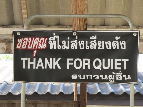 Chiang Rai: notre guesthouse. c'est totalement inespéré de voir ce genre de panneau en Thaïlande.