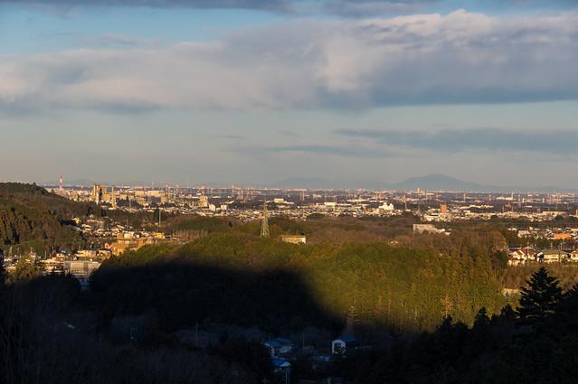 我街に上がっていくと夕日に照らされた日高市街と筑波山が見えました