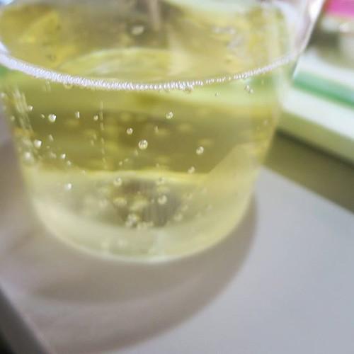 スパークリングワインをいただきました。この後、白ワインも。酔い気分。
