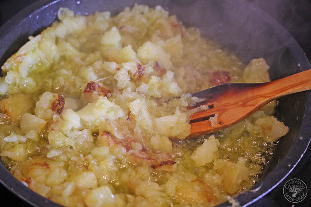 Yema confitada con ajo negro y patatas rotas www.cocinandoentreolivos.com (6)
