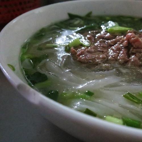 ベトナムで初めての食事。牛肉のフォー。英語も日本語も通じないぞ。