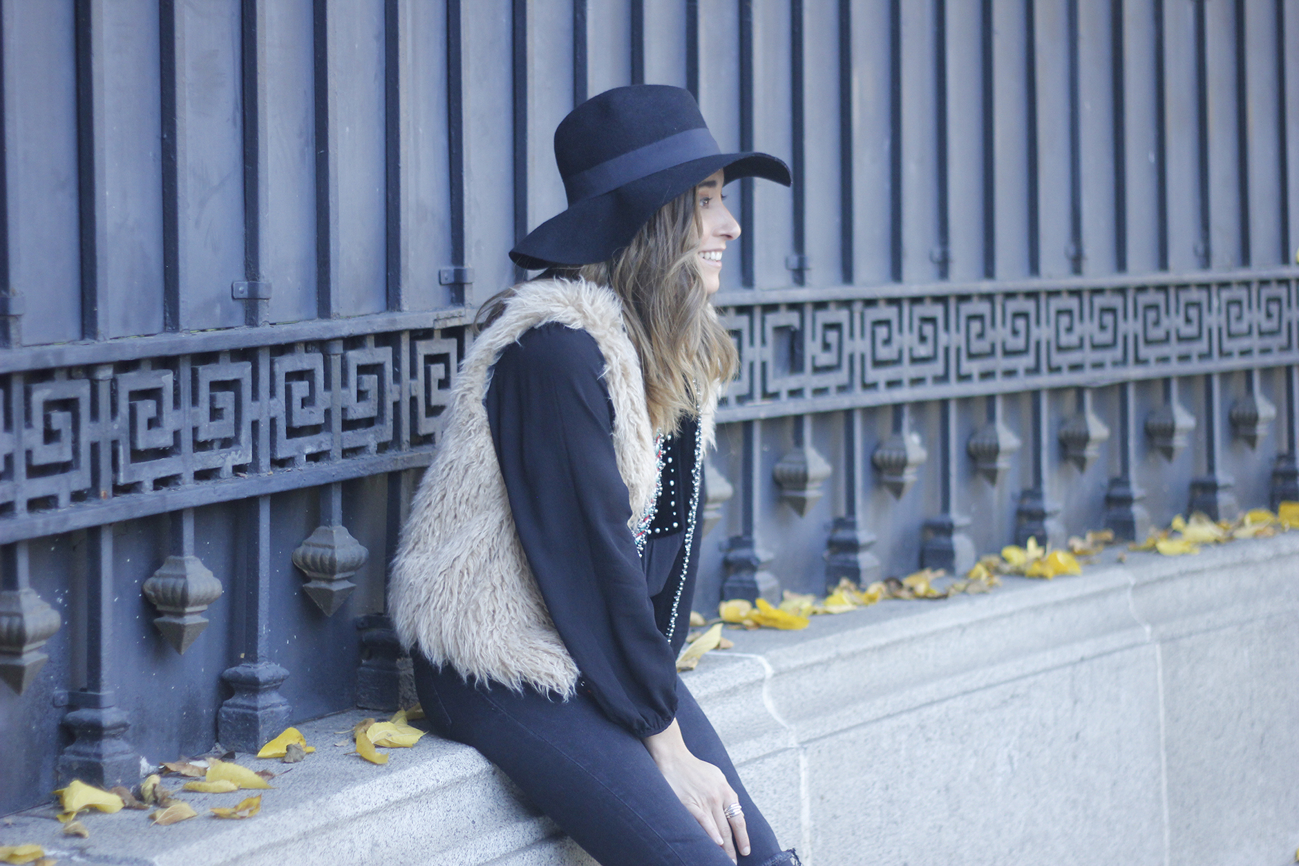 Faux Fur Vest Black Ripped Jeans Outfit07