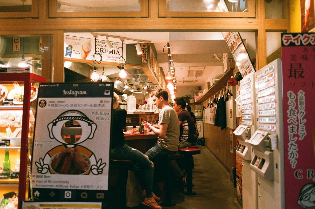 渋谷 Tokyo 2015/10/02 在渋谷亂走亂逛,看到路人的笑容與我愛的店家場景,就偷偷的拍下這張。  在渋谷的回憶裡找尋妳的笑容,我也不是故意的,只是經過就想起了。   Nikon FM2 Nikon AI AF Nikkor 35mm F/2D AGFA VISTAPlus ISO400 0998-0023 Photo by Toomore