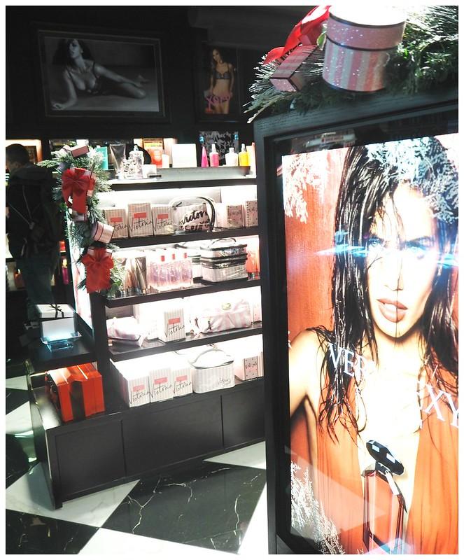 vshkiopening12,vshkiopening8,vshkiopening6,vshkiPB212476,vshkiPB212467, vs, muoti, fashion, myymälä, liike, kauppa, store, shop, video, enkelit, angels, joulu, christmas, decor, sisustus, vinkit, tips, helsinki, suomi, finland, forum, kauppakeskus, shopping center, beauty, kauneus, ostokset, shopping, accessories, asusteet, alusvaattet, lingerie, cosmetic, kosmetiikka, victoria's secret, mannerheimintie, myymälä, liike, store, shop, avajaiset, opening, victorias secret helsinki, kokemukset, bags, laukut, meikkipussit, pouch, cosmetic pouch,