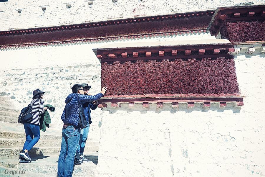 2015.12.04▐ Tibet 西藏踢北去 ▐ 藏人的精神殿堂布達拉宮,但或許不只我們高山反應沒精神…10.jpg