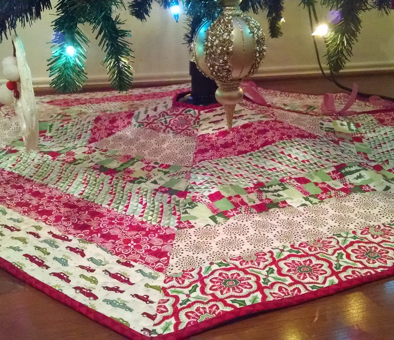 So happy that my #hollyjollytreeskirt is finished! 🎄🎅💜😄 #christmasismyfavorite #aurifil #showmethemoda