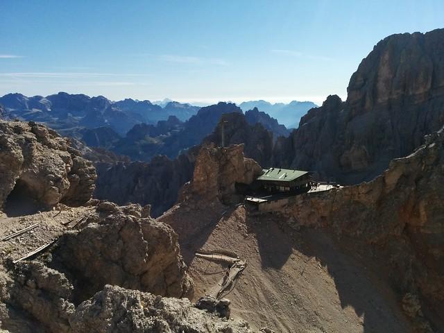 Ivano Dibona Klettersteig, Blick auf die Lorenzi Hütte