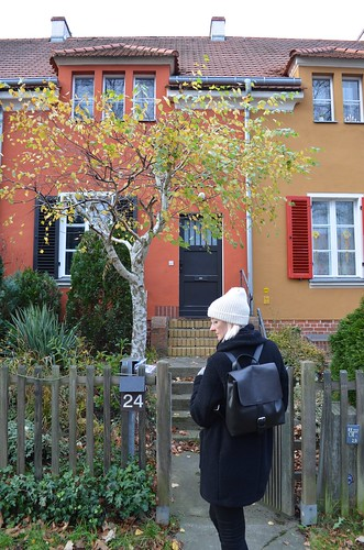 UNESCO World Heritage Site Berlin Modernism Housing Estates Gartenstadt Falkenberg Garden City Tuschkastensiedlung in front of yellow and orange houses on Gartenstadtweg with CRU London Gordon backpack