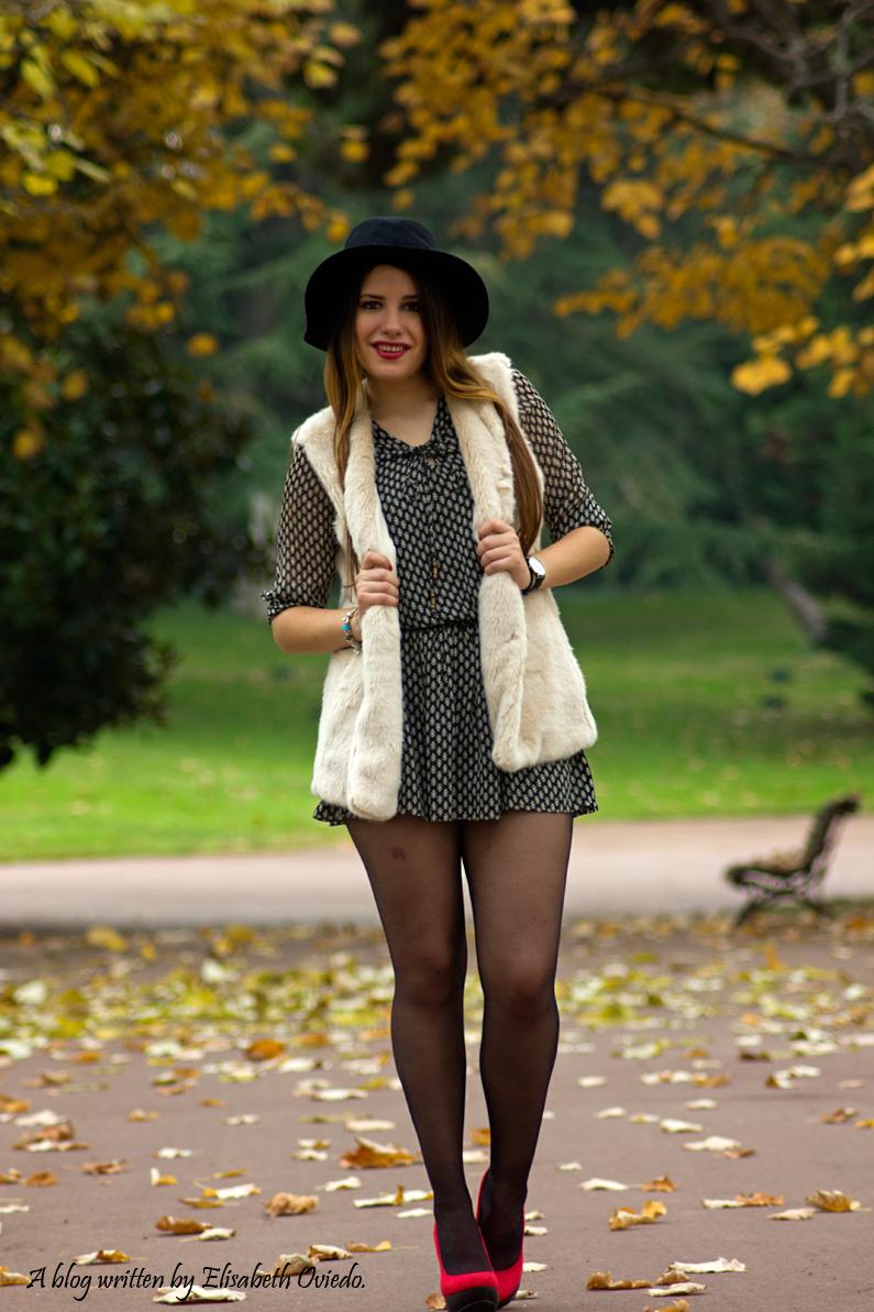 vestido el corte ingles heelsandroses chaleco pelo blanco sombrero negro stradivarius tacones rojos (3)