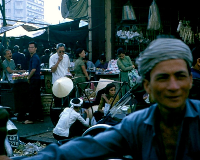 Saigon street scene 1970 - Photo by Dick Hughey - Chợ cũ