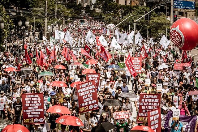 A multidão gritava palavras de ordem contra o governo golpista de Michel Temer (PMDB) e também contra o governador Beto Richa (PSDB) - Créditos: Leandro Taques
