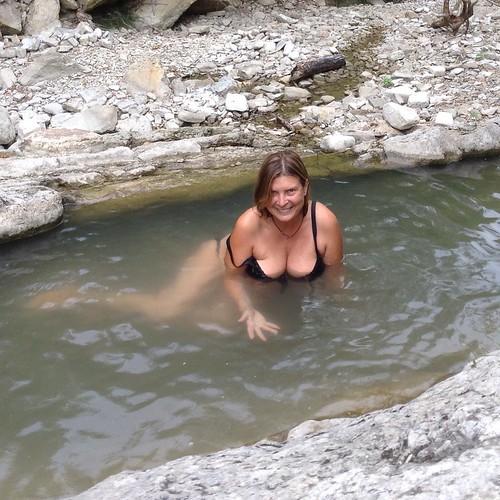 Ущелье, вторая речка. Это эзотерические место славится тем, что там не ловят телефоны, на несколько градусов холоднее, чем в городке, и постоянно происходят мелкие чудеса. А речка состоит из таких природных ванночек с очень холодной водой. То, что надо в