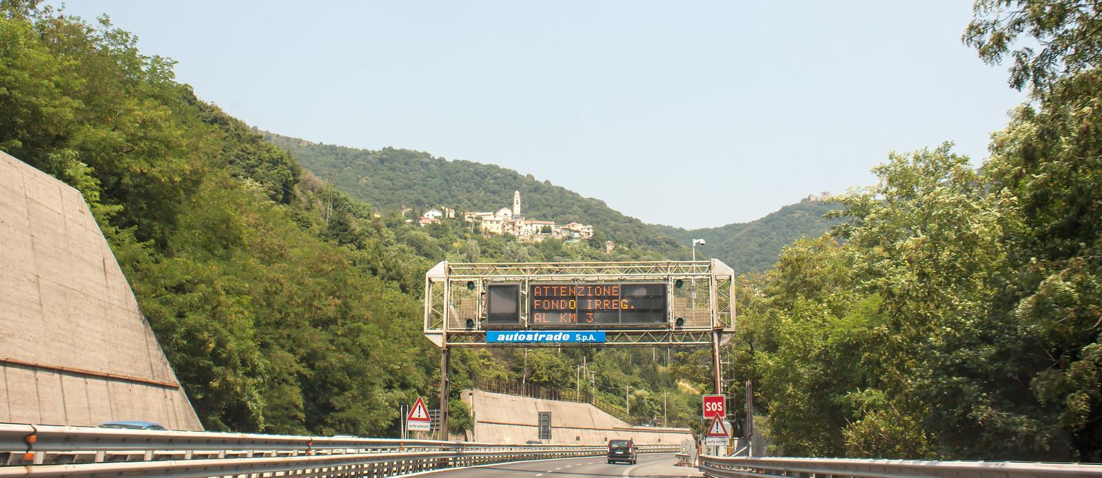 Совсем на подъезде к Генуи, предупреждают о частом обраховании заторов на следующих 3 километрах.