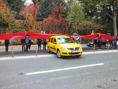 A taxis végül átjutott a túloldalra, ahol mindjárt pár bóját is elütött...