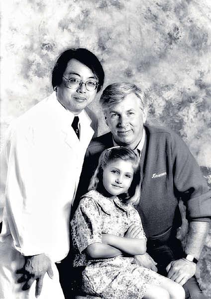 徐立之(左)與囊狀纖維症病人(中)及其家長(右)合照。相片來源:晴報