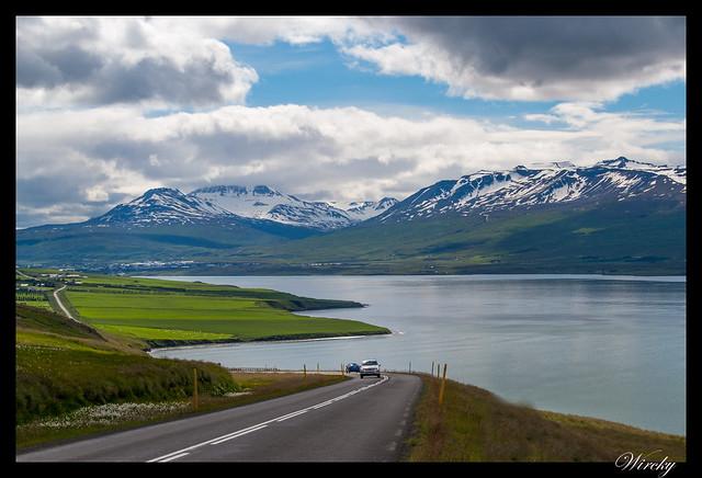 Carretera en fiordo Eyjafjördur