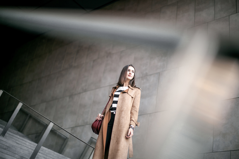 how-to-wear-suede-trench-coat-outfit