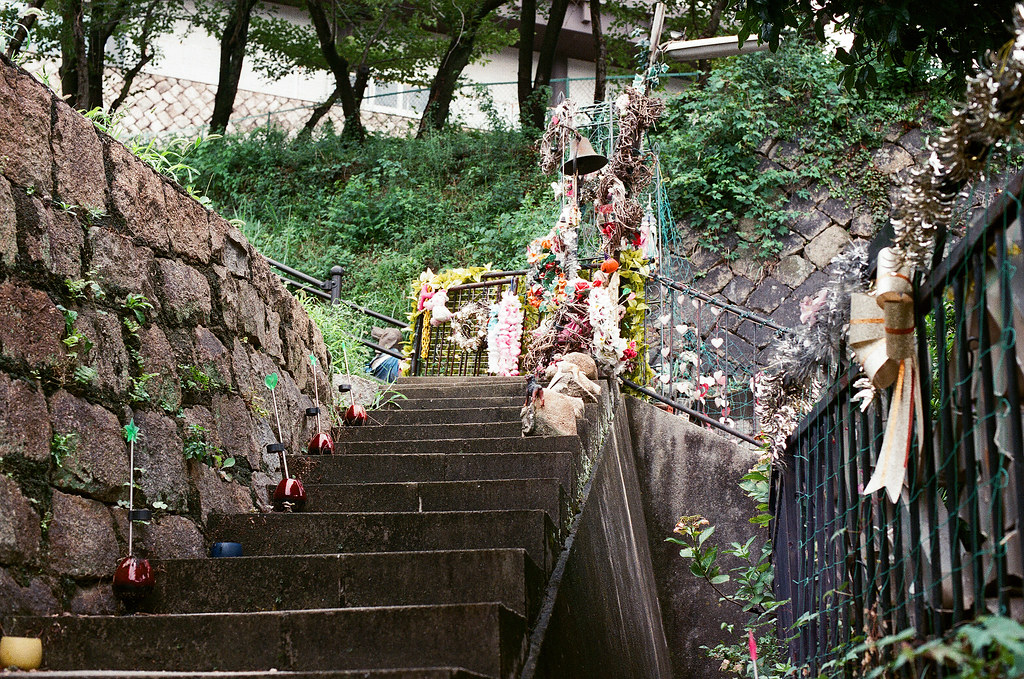 貓の小道 尾道 おのみち Onomichi, Hiroshima 2015/08/30 門口階梯。  Nikon FM2 / 50mm AGFA VISTAPlus ISO400 Photo by Toomore