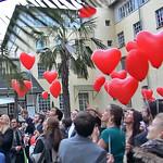 Hochzeitsfest in der Cantina Majolika in Karlsruhe, Hochzeits-Herzluftballons mit Sprüchen werden losgelassen.