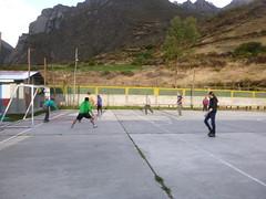 Wedstrijdje voetballen tegen de locals