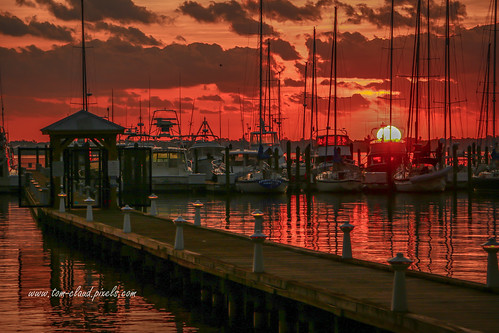 sun sunrise horizon marina boats sailboats water river stlucieriver clouds cloudy sky orange weather morning dawn stuart florida usa nature mothernature tropical boating outdoors outside loggerhead