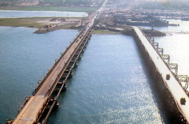 ĐÀ NẴNG - Cầu Trịnh Minh Thế (trái) và cầu Nguyễn Hoàng (phải)